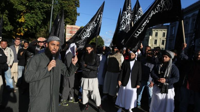 """Oslo 20120921. Radikale islamister demonstrerer utenfor den amerikanske ambassaden fredag i forbindelse utgivelsen av videoen """"Innocence of Muslims"""". Foto: Kyrre Lien / NTB scanpix"""