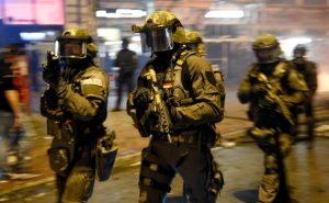 Spezialkräfte der Polizei stehen am 07.07.2017 im Schanzenviertel in Hamburg. Am 07. und 08. Juli kommen in der Hansestadt die Regierungschefs der führenden Industrienationen zum G20-Gipfel zusammen. Foto: Axel Heimken/dpa +++(c) dpa - Bildfunk+++